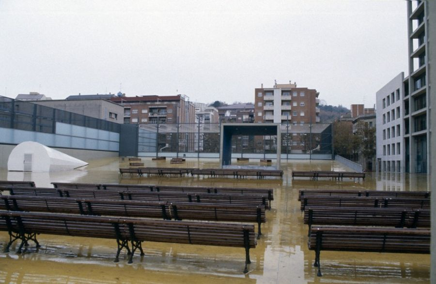 Central Office of 'Fecsa' and 'Les Tres Xemeneies' public park